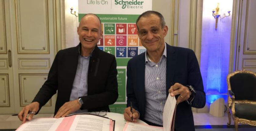 Bertrand Piccard and Jean-Pascal Tricoire signing the partnership agreement
